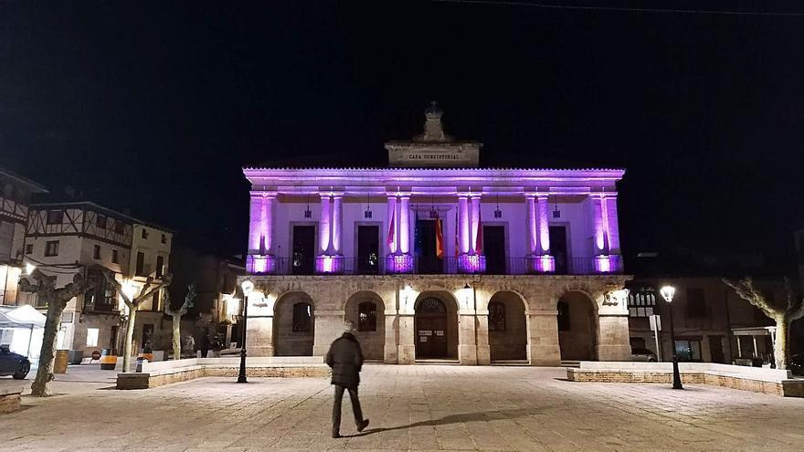 Toro ilumina de morado el Ayuntamiento por el Día de la Mujer