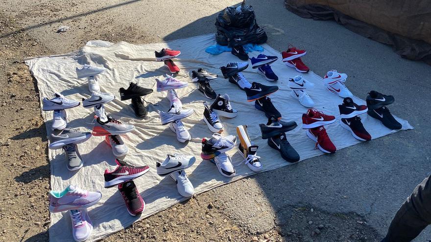 Incautados 32 pares de zapatillas en el Mercadillo