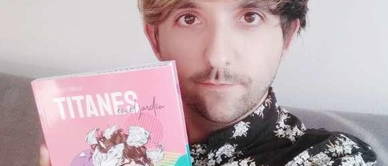 Rubén Rodríguez Cubiella, con el libro.
