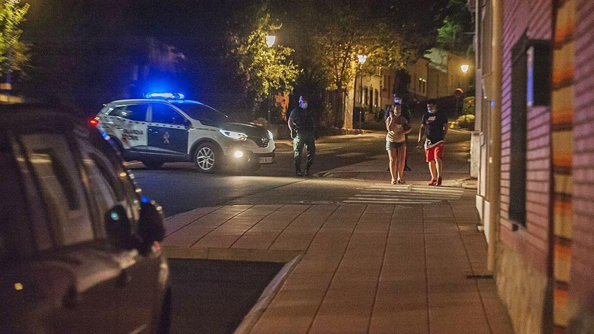 La Guardia Civil impide el pasa a una pareja la noche en la que se produjeron los hechos.| J. A. G.