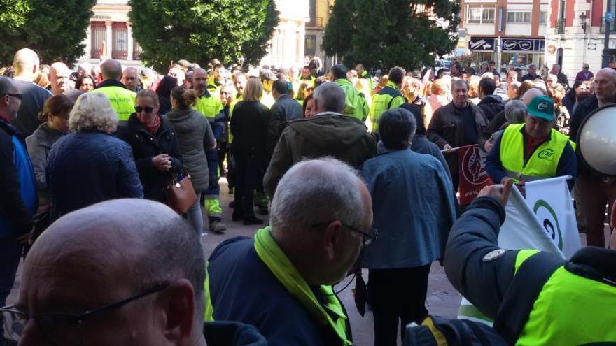 Finaliza el encierro de los trabajadores municipales en el Ayuntamiento de Langreo