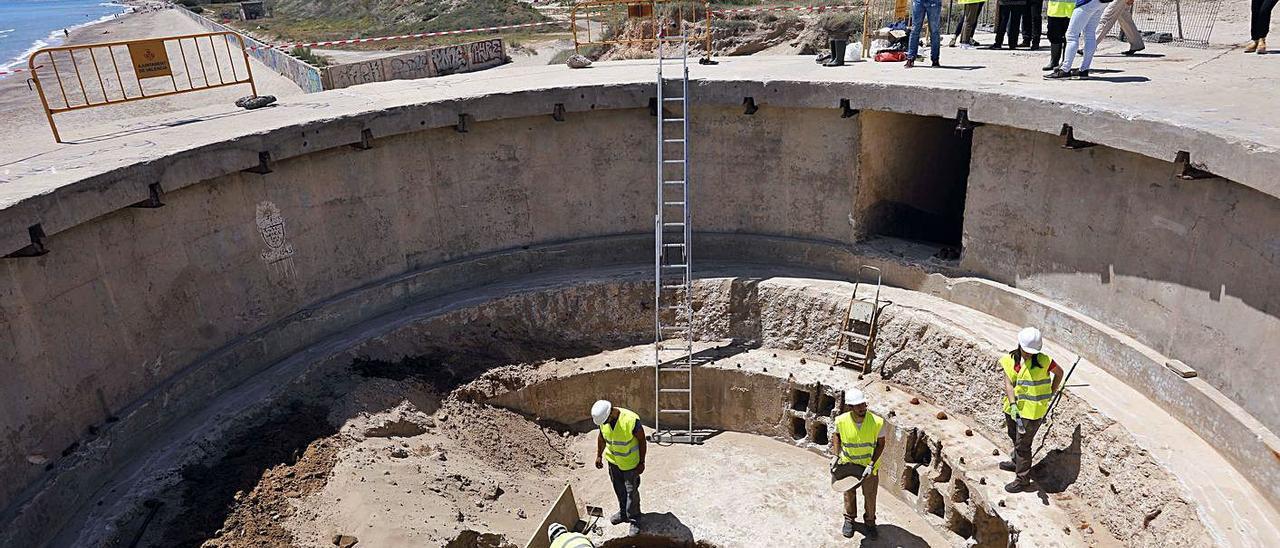Sobre estas líneas, excavación del interior del búnker. A la derecha, aspecto exterior del recinto con numerosas pintadas. | M. A. MONTESINOS