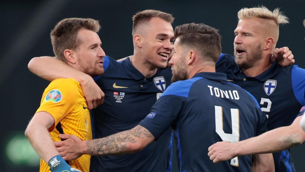 Los jugadores fineses celebran la victoria con su portero, que paró un penalti