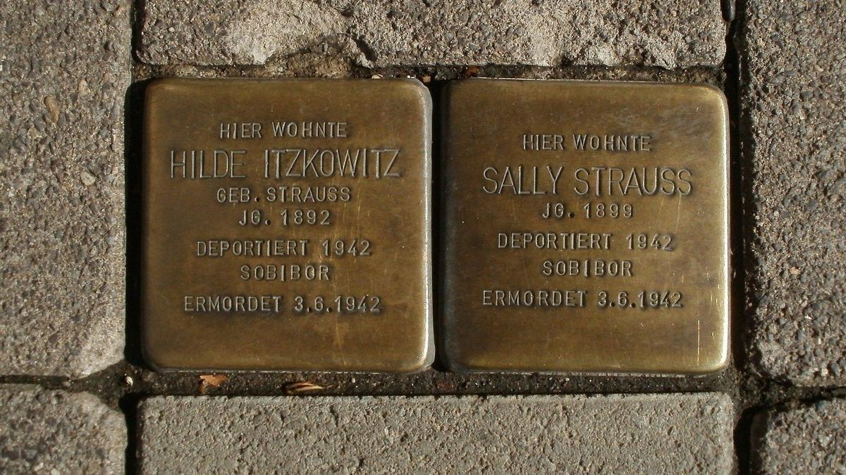 En les Stolpersteine es graven les dades de persones empresonades i deportades pel règim nazi