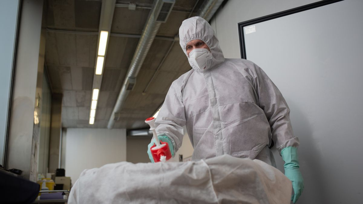 A professional with protective equipment against the coronavirus.