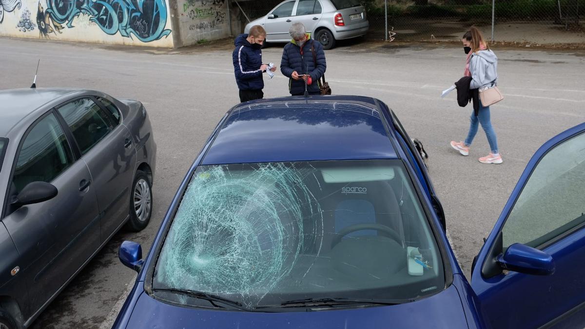 Estado en el que han quedado las lunetas de seis vehículos en un aparcamiento público de Petrer.