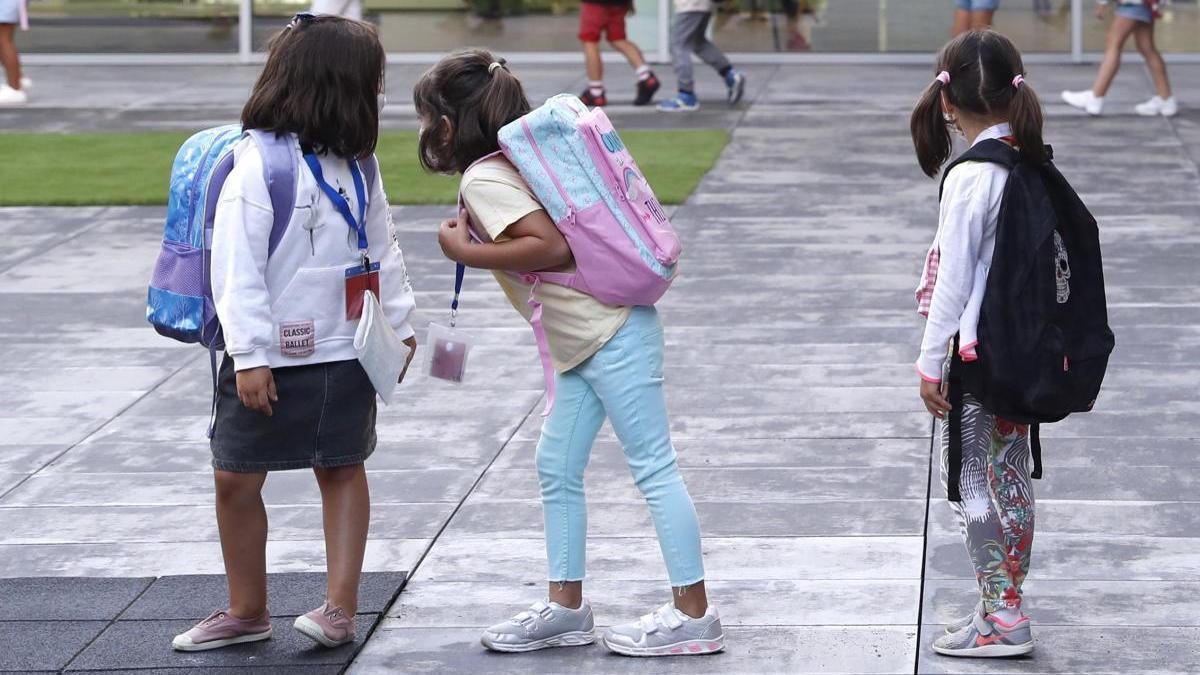 Varios niños acuden a un colegio de San Sebastián