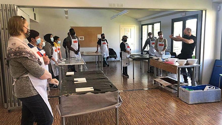 El primer curs d'introducció a la peixateria, de Castelló, aplega catorze alumnes