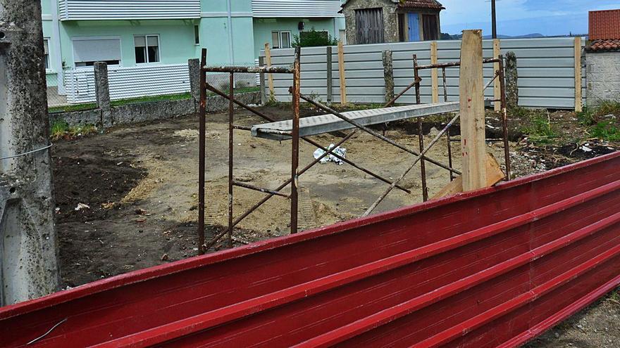 Denuncian la rotura de vallas en el edificio que Playa Lanzada construye en Vilariño