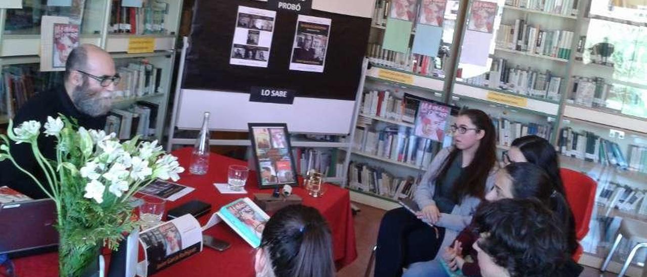 El escritor Javier García Rodríguez, con los alumnos moscones
