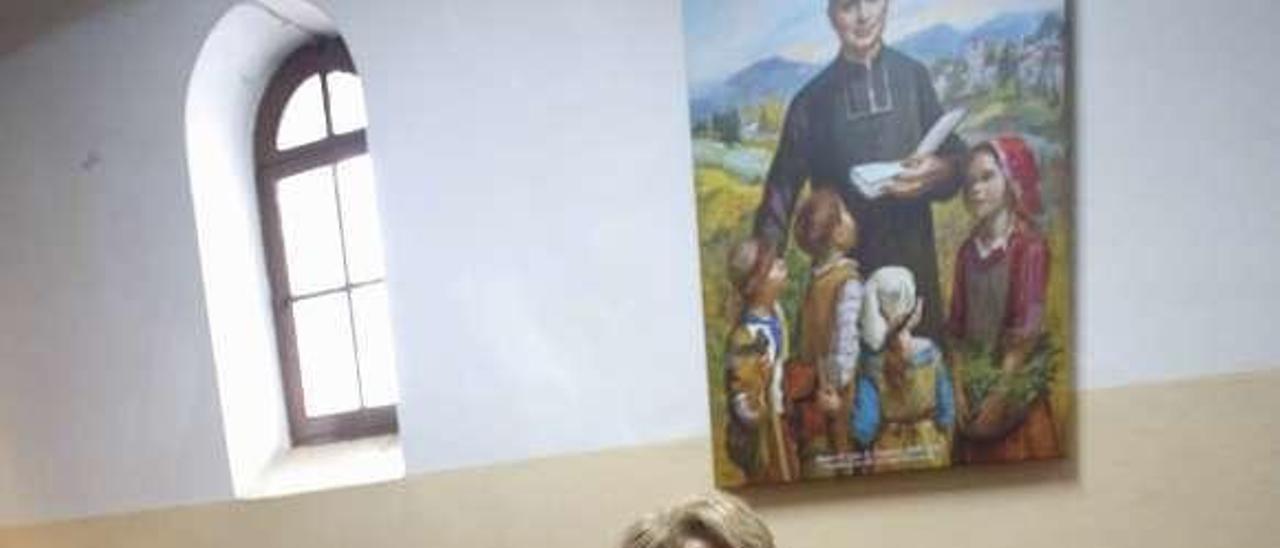 Pilar Zamora e Isabel de Prado, en la iglesia de La Magdalena, ante un cuadro en el que aparece Luis Antonio Ormieres, fundador de la comunidad religiosa del Santo Ángel.