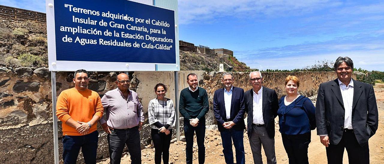 Visita de representantes del Cabildo y del Ayuntamiento de Gáldar a los terrenos comprados en Bocabarranco para ampliar la estación depuradora.