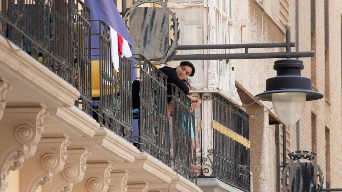 Una inmigrante en el balcón de la residencia de estudiantes de la Universidad Politécnica de Cartagena.