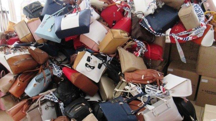 Incautados 2.700 artículos falsos en comercios de Lanzarote