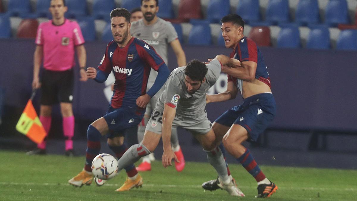 Rochina y Duarte porfían con Raúl García por la posesión de la pelota durante el partido de ayer.  | J.M. LÓPEZ/SD