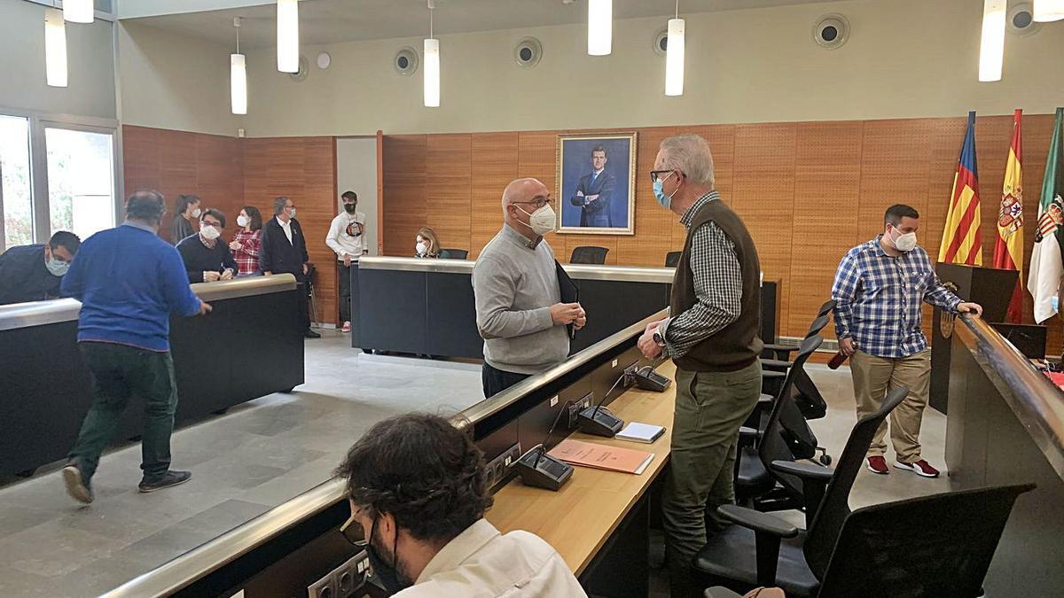 El alcalde, Jesús Villar (PSOE), charla en un pleno con el edil de Empleo, Alberto Beviá (EU).  