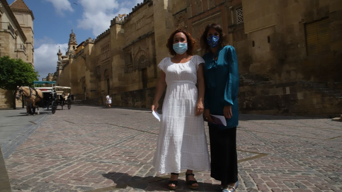 Ana Naranjo y Martina Velarde frente a la Mezquita-Catedral.