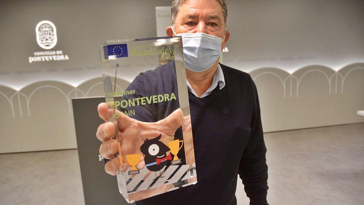 Lores sostiene el premio Road Safety concedido a Pontevedra por la Unión Europea. |   // RAFA VÁZQUEZ