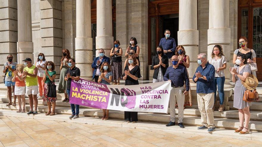 Minuto de silencio por la mujer asesinada por su marido en Cartagena