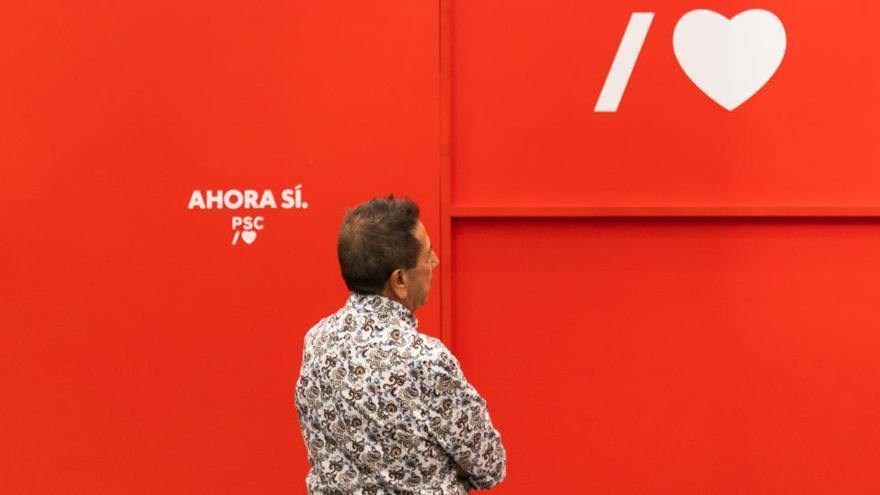 Queman la puerta de la sede del PSC en Barcelona