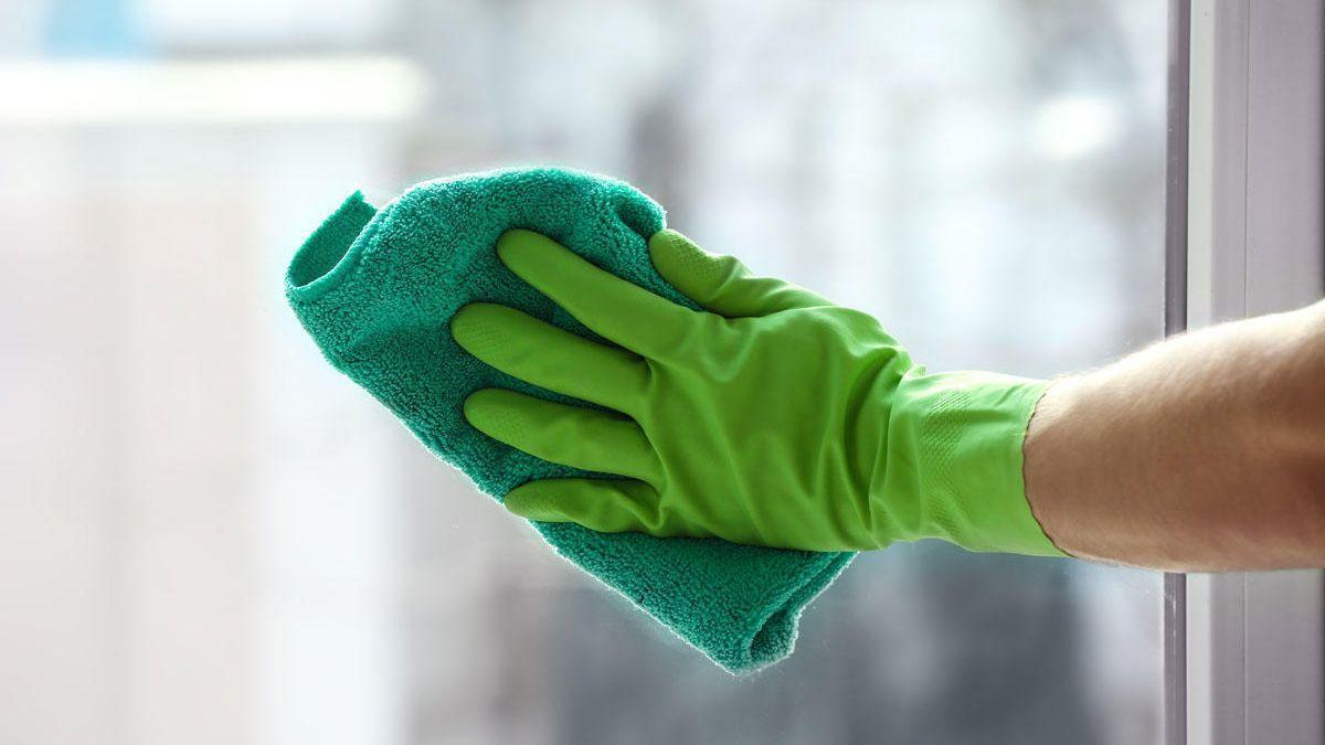 El simple gesto que tienes que hacer mientras limpias para quitar toda la suciedad de las persianas