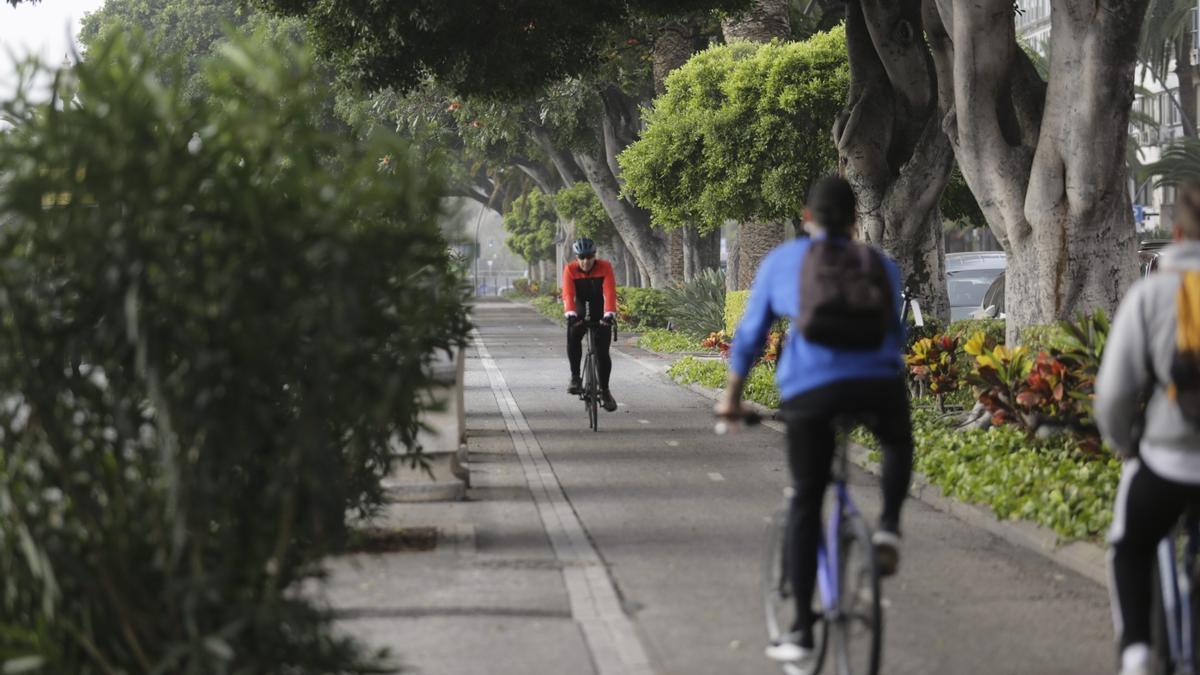 Ciclistas por el carril bici de la Avenida Anaga.