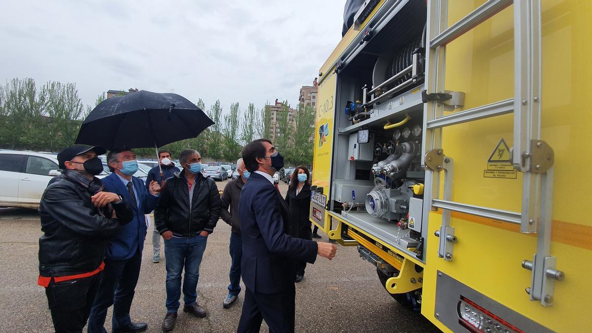 El consejero Juan Carlos Suárez-Quiñones mira la nueva autobomba.