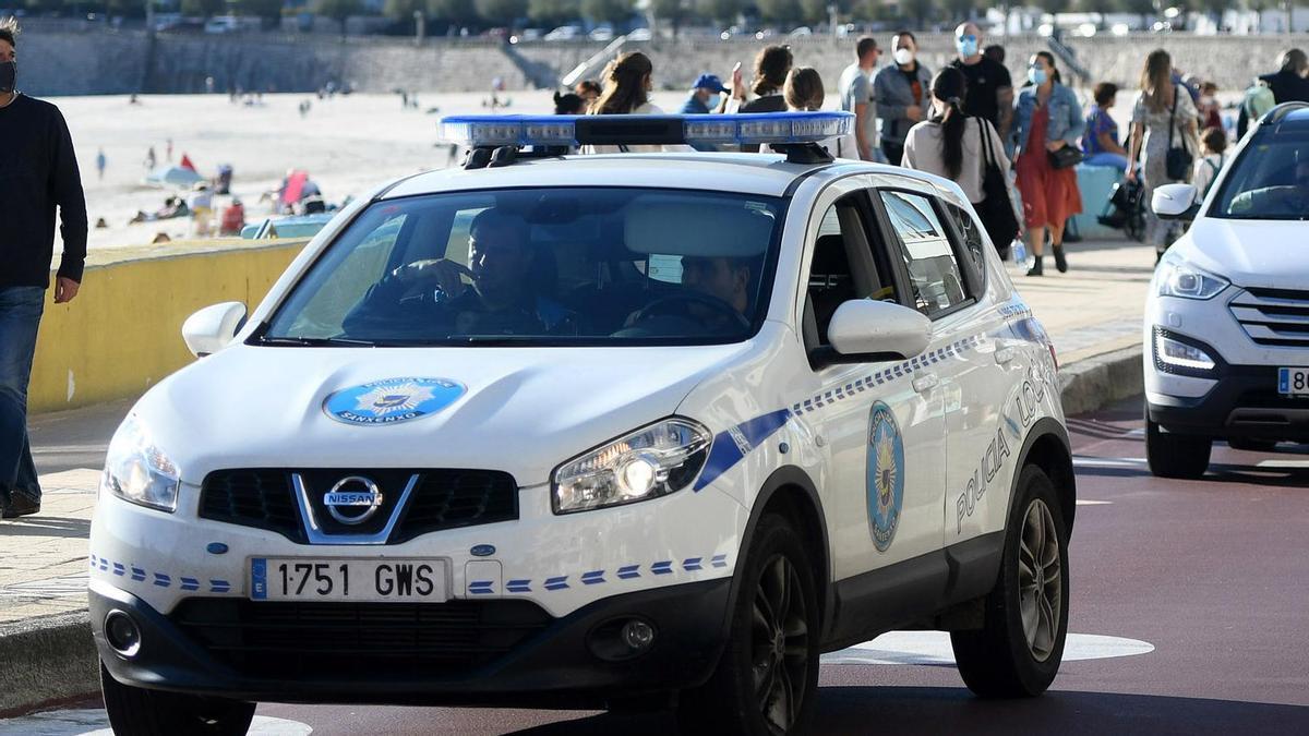 La Policía Local, en el paseo de Silgar.