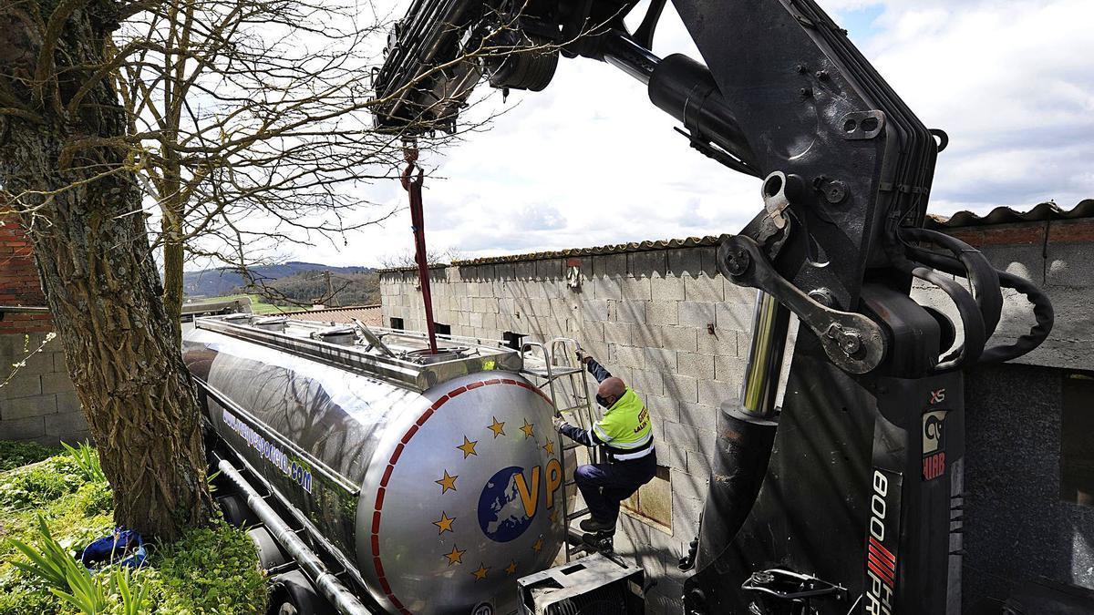 Un operario de Grúas Lalín Deza desciende de la cisterna tras atarla con un cable. // Bernabé/Javier Lalín