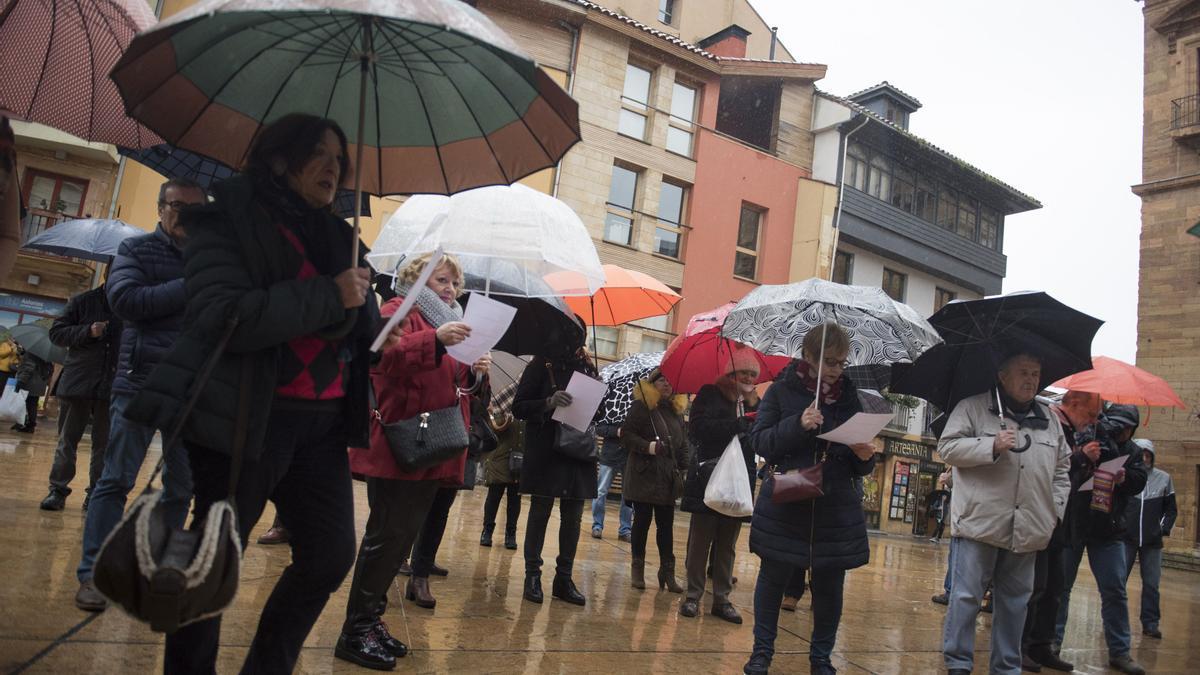 Una manifestación de pensionistas frente al Ayuntamiento de Oviedo