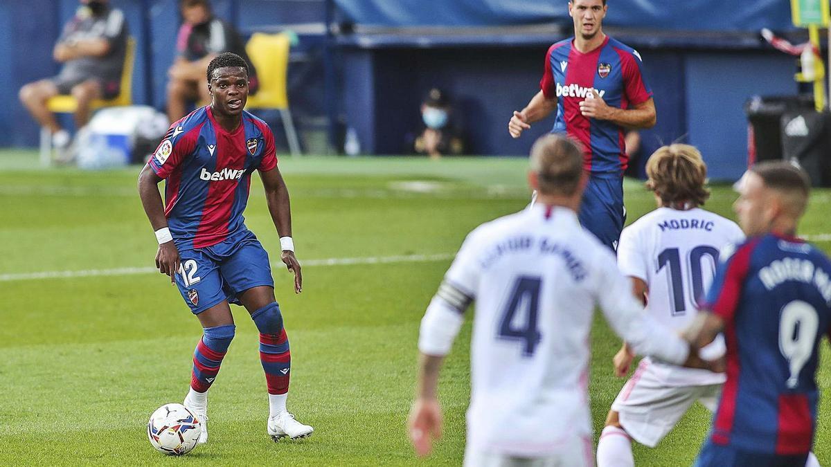 El levantinista Malsa conduce la pelota durante el partido de Liga ante el Real Madrid. | F. CALABUIG/SD