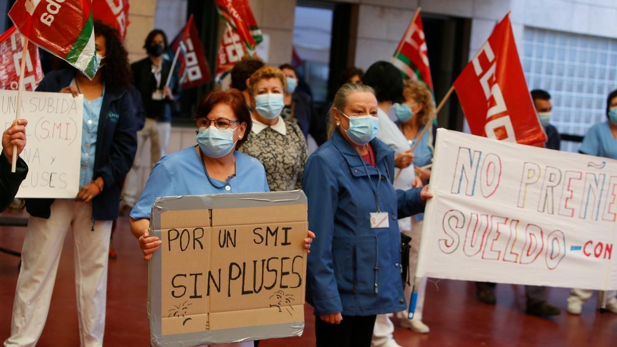 Trabajadoras de la limpieza del Hospital Reina Sofia se concentran para reclamar derechos salariales