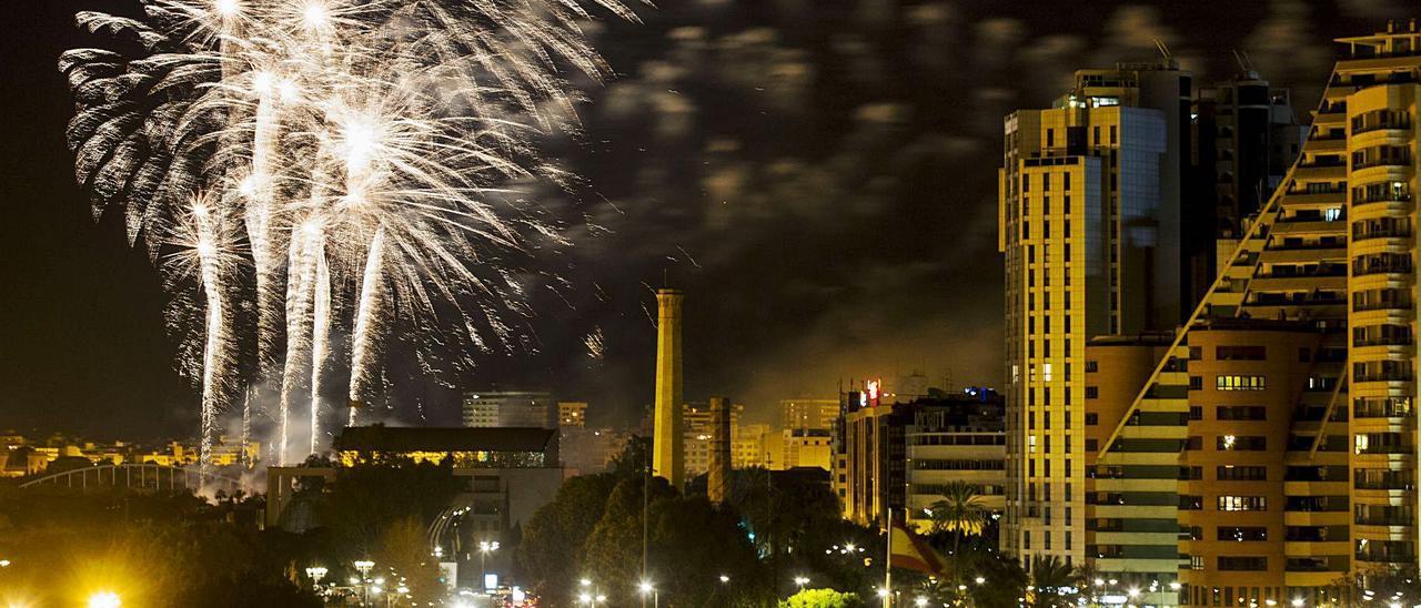 Los castillos deben poner fin a las celebraciones de la Gran Fira. En la imagen, disparo en La Alameda. | F. BUSTAMANTE