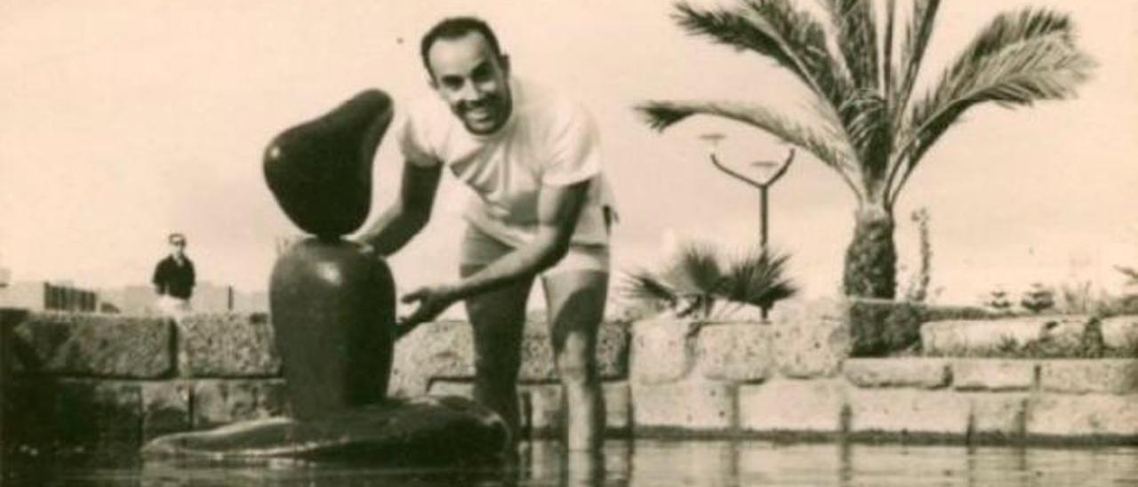 César Manrique, en el Parque José Ramírez Cerdá en los años sesenta.