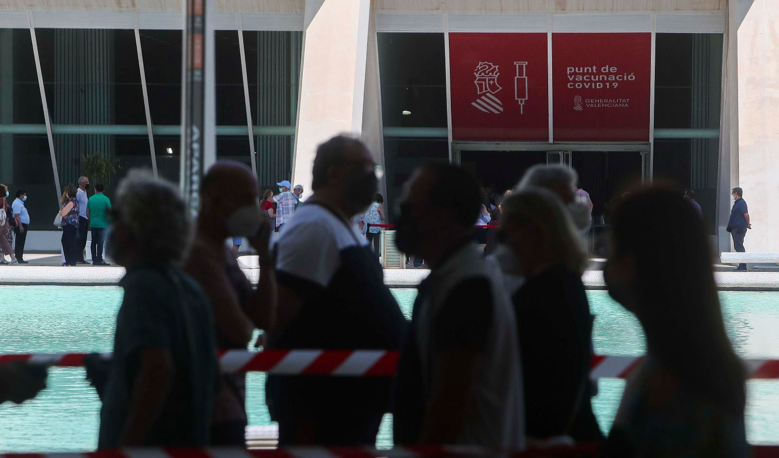 Grandes colas en el vacunódromo de la Ciutat de les Arts i les Ciències