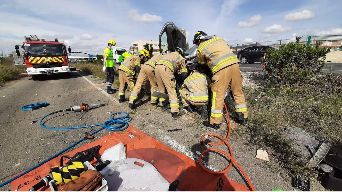 Bomberos rescatan al conductor del vehículo tras el accidente en la A-30