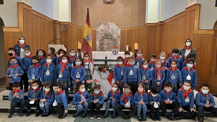 El San Vicente de Paúl de Benavente realiza la ofrenda floral en el colegio