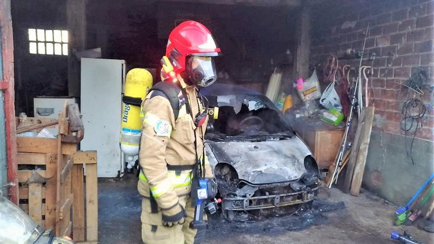 Arde un coche en un garaje en Oleiros