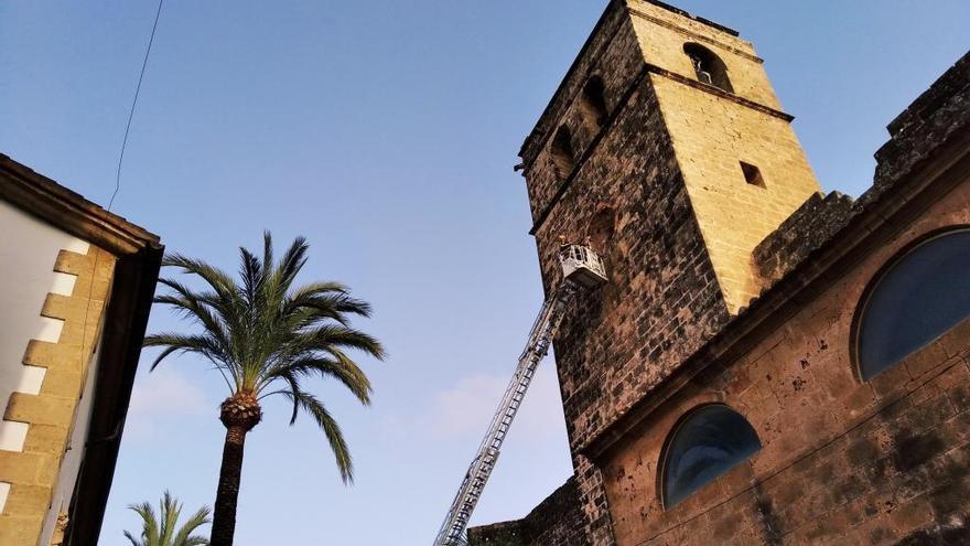 Los bomberos retiran los pedazos del reloj caído de la iglesia gótica de Xàbia