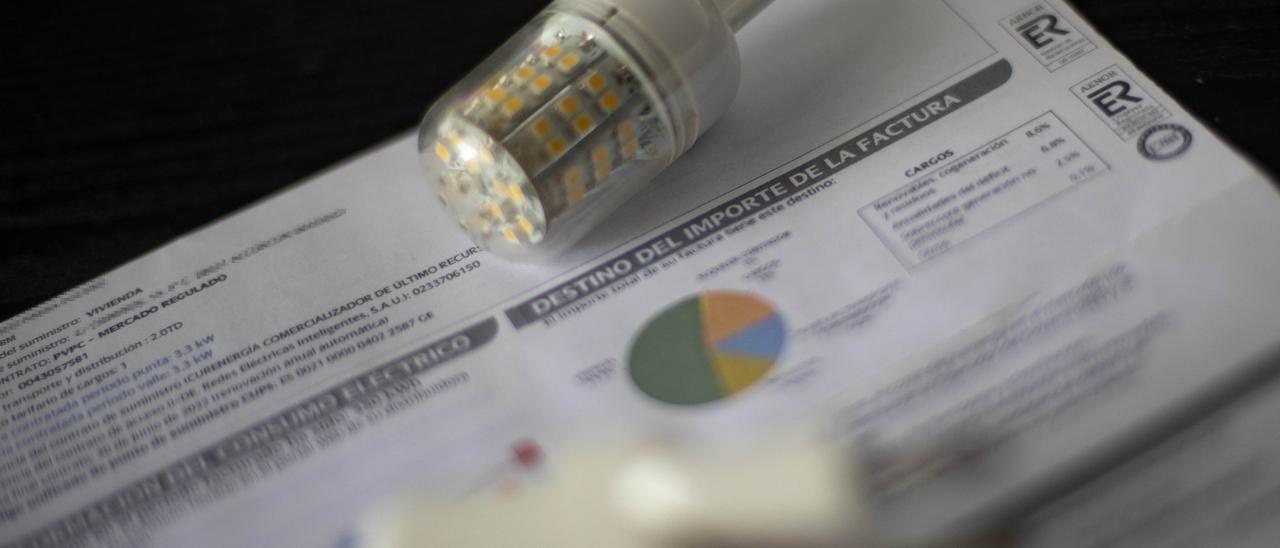 Las medidas del Gobierno rebajarán entre 25 y 28 euros al mes la factura eléctrica
