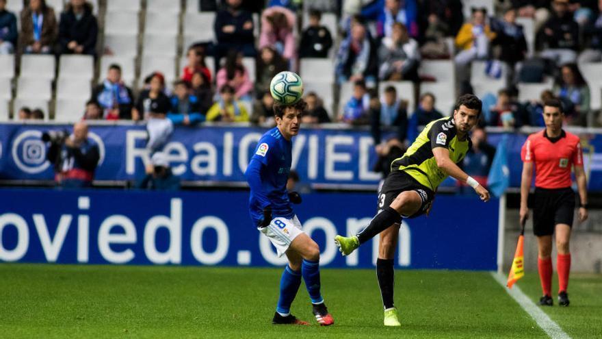 Un penalti dictado por el VAR decide la derrota del CD Tenerife en casa del Oviedo