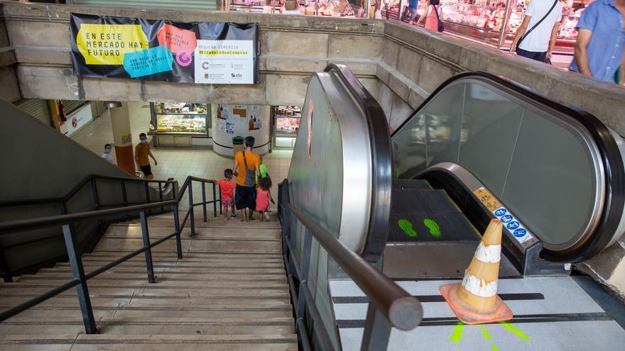 Una escalera mecánica y dos ascensores estropeados en el Mercado Central de Alicante