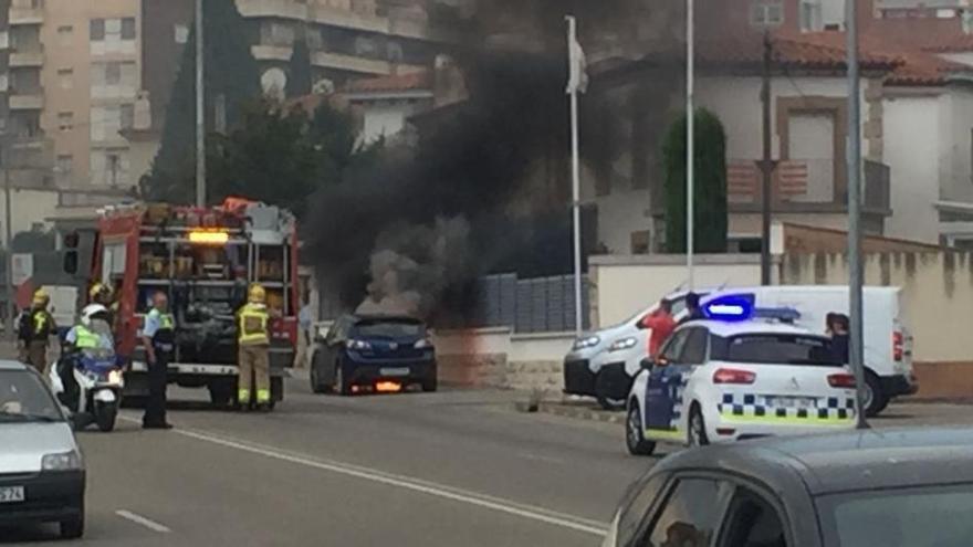 Un cotxe s'incendia a Figueres