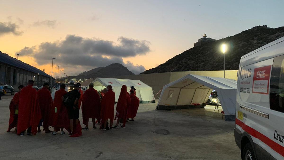 Personas en las carpas de Cruz Roja en Cartagena, en una foto de archivo.