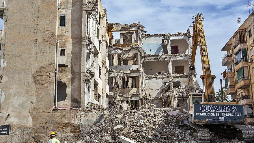 Los vecinos aplauden el derribo del edificio en ruina de Nou Alcolecha para evitar okupas y derrumbes