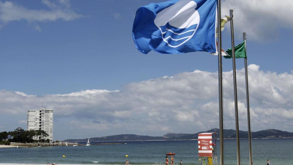 Bandera azul en la playa de O Vao / J. Lores