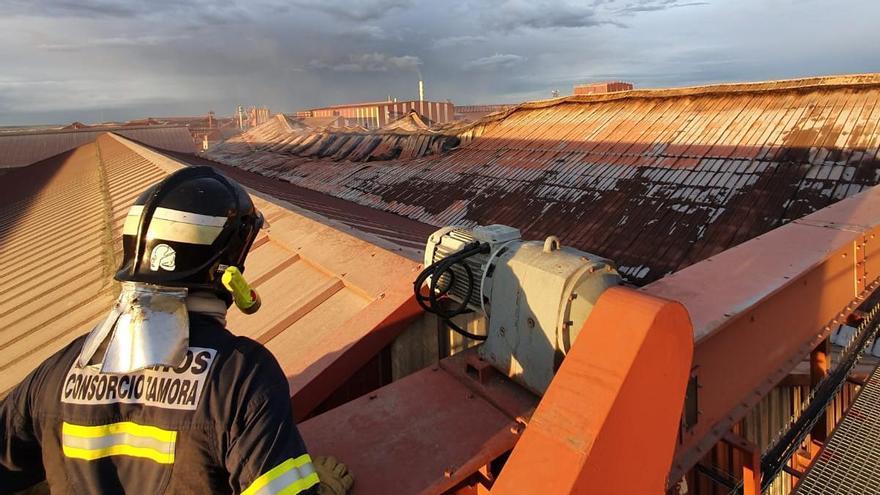 Bomberos de la Diputación de Zamora apoyan el control del incendio en Cobadu