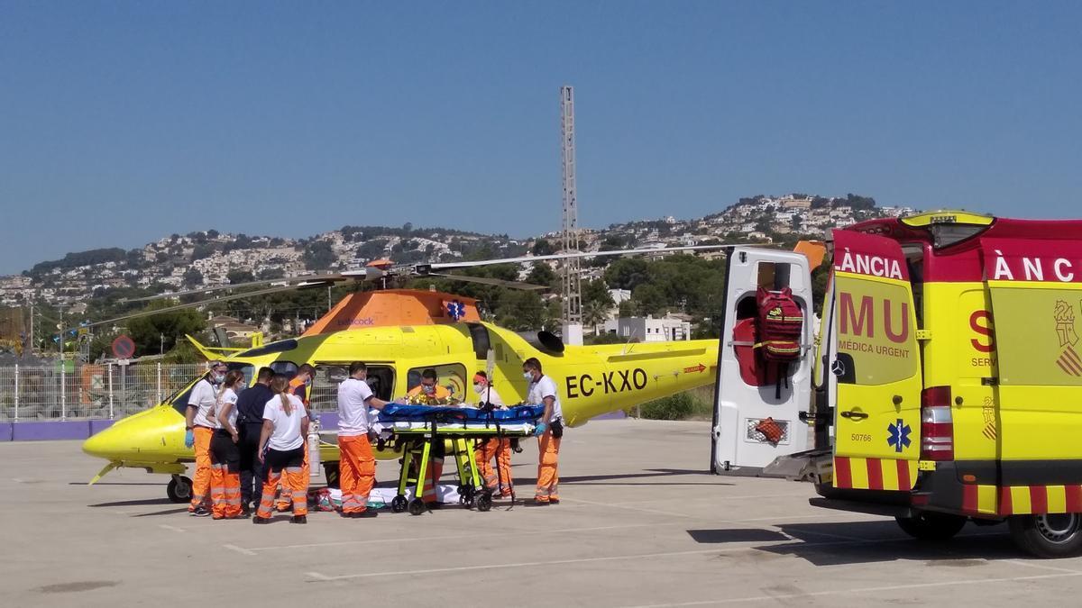 Los facultativos y sanitarios suben a la víctima al helicóptero medicalizado