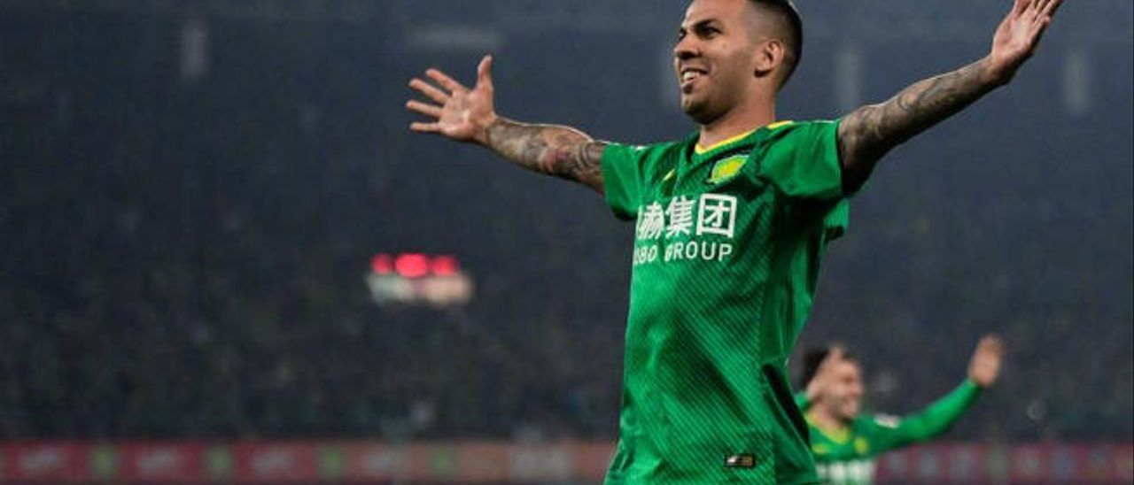 Jonathan Viera celebra un gol con el Beijing Guoan.