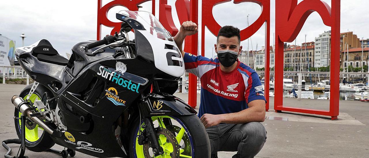 """Víctor Vallina posa con su Honda CDR-600 frente a las """"letronas""""."""